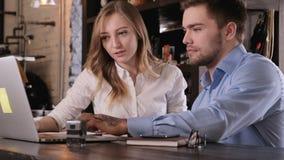 Ο μοντέρνος γενειοφόρος νέος επιχειρηματίας και η νέα όμορφη επιχειρησιακή γυναίκα συμμετέχουν στην ομαδική εργασία επικοινωνήστε απόθεμα βίντεο