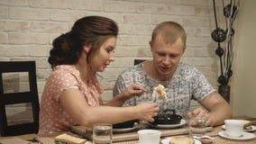 Ο νέοι ερωτευμένοι άνδρας και η γυναίκα ζευγών έχουν το πρόγευμα στο σπίτι 1 απόθεμα βίντεο