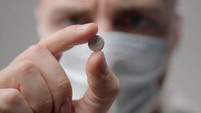 Ο νέος γιατρός στη μάσκα εξετάζει ένα χάπι απόθεμα βίντεο