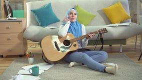Ο νέος μουσουλμανικός μουσικός σε ένα σύγχρονο διαμέρισμα δοκιμάζει μια δημιουργική κρίση απόθεμα βίντεο