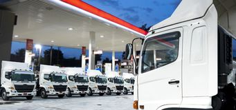 Ο νέος στόλος φορτηγών σταθμεύει στο σταθμό βενζίνης στοκ φωτογραφία με δικαίωμα ελεύθερης χρήσης