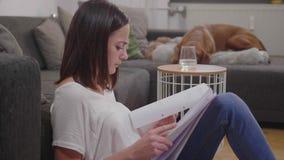 Ο νέος σπουδαστής μαθαίνει για το κολλέγιο απόθεμα βίντεο