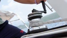 Ο ναυτικός δένει το σχοινί στο χειρισμό της συσκευής φιλμ μικρού μήκους