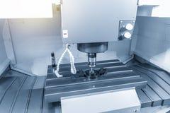 Ο να αγγίξει έλεγχος συνδέει CNC στη μηχανή θέτοντας τα κομμάτια εργασίας στοκ εικόνες