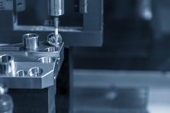 Ο να αγγίξει έλεγχος συνδέει CNC στη διαδικασία βαθμολόγησης μηχανών στοκ φωτογραφία με δικαίωμα ελεύθερης χρήσης