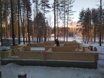 Ο οικοδόμος του σπιτιού από τους ξύλινους φραγμούς στοκ φωτογραφίες