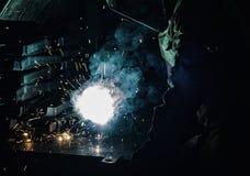 Ο οξυγονοκολλητής ενώνει στενά τα μέρη μετάλλων, τα μέρη του καπνού και τους σπινθήρες, βλαπτικότητα, εργαζόμενος στοκ εικόνα