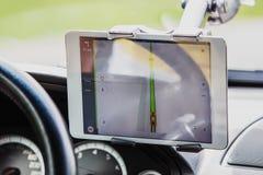 Ο οδηγός στο αυτοκίνητο ελέγχει τον πλοηγό στοκ φωτογραφίες με δικαίωμα ελεύθερης χρήσης