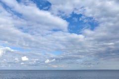 Ο ουρανός είναι πλήρης των σύννεφων ηλιόλουστο σε ηλιόλουστο στοκ εικόνα
