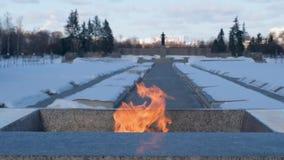 Ο δεύτερος παγκόσμιος πόλεμος Αιώνια φλόγα στο νεκροταφείο Λένινγκραντ Pskaryovsky απόθεμα βίντεο
