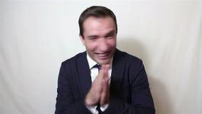 Ο όμορφος νέος επιχειρηματίας εκφράζει ενεργά το χτύπημα χαράς και το δυνατό γέλιο απόθεμα βίντεο