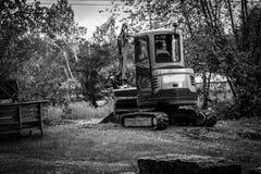 Ο σύγχρονος μικρός εκσκαφέας εκτελεί την εργασία ανασκαφής για το εργοτάξιο οικοδομής Φωτογραφία WB στοκ φωτογραφία με δικαίωμα ελεύθερης χρήσης