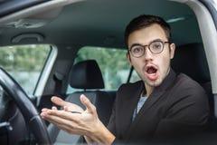 Ο συγκλονισμένος νέος τύπος στη κάμερα Κρατά τα κλειδιά στα χέρια του Το στόμα του είναι ευρέως ανοικτό στοκ εικόνες