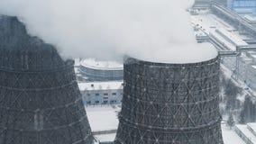 Ο τεράστιος καπνίζοντας θερμικός σταθμός παραγωγής ηλεκτρικού ρεύματος μολύνει το περιβάλλον με τις τοξικές εκπομπές φιλμ μικρού μήκους