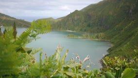 Ο τουρίστας πηγαίνει κάτω από την πορεία βουνών με μια όμορφη άποψη της λίμνης βουνών απόθεμα βίντεο