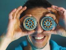 Ο τύπος με τα μάτια ενός ρομπότ ανθρώπινο ρομπότ στοκ φωτογραφία με δικαίωμα ελεύθερης χρήσης