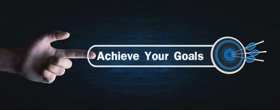 Ο Τύπος χεριών επιτυγχάνει το κείμενο στόχων σας με ένα βέλος στόχων στοκ φωτογραφίες με δικαίωμα ελεύθερης χρήσης