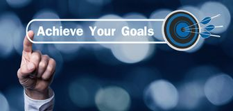Ο Τύπος χεριών επιτυγχάνει το κείμενο στόχων σας με ένα βέλος στόχων στοκ φωτογραφία με δικαίωμα ελεύθερης χρήσης