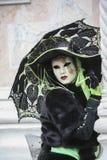 Ο χαρακτήρας της Βενετίας καρναβάλι έντυσε σε μια ζωηρόχρωμη μαύρη και πράσινη και ενετική μάσκα Βενετία Ιταλία στοκ φωτογραφία με δικαίωμα ελεύθερης χρήσης