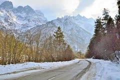 Ο χειμερινός δρόμος βάζει μέσω ενός φαραγγιού βουνών στοκ φωτογραφίες με δικαίωμα ελεύθερης χρήσης