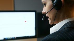 Ο χειριστής τηλεφωνικών κέντρων απαντά στην κλήση και επικοινωνεί με τον πελάτη υποστηρίξτε την όψη απόθεμα βίντεο