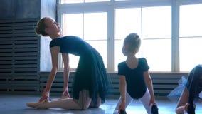 Ο χορευτής κοριτσιών στο σχολείο μπαλέτου μαθαίνει να χορεύει Λίγο Ballerina στην κατάρτιση στο μαύρο χορεύοντας κοστούμι Μπαλέτο απόθεμα βίντεο