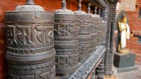 Ο υπόλοιπος κόσμος της ηλικίας θρησκευτικής προσευχής κυλά ή τύμπανα με το βόμβο του OM Mani Padme μάντρας στο ναυπηγείο του ναού απόθεμα βίντεο