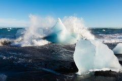 Ο πάγος και τα κύματα στην παραλία Ισλανδία διαμαντιών ΕΙΝΑΙ Ευρώπη στοκ εικόνες