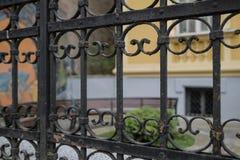 Ο παλαιός εκλεκτής ποιότητας αναδρομικός μαύρος χρωματισμένος φράκτης σιδήρου διακοσμεί κοντά επάνω στοκ εικόνες