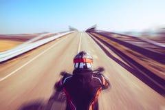 Ο ποδηλάτης στη δράση που οδηγά στην εποχή και την ελευθερία ελεύθερου χρόνου οδικών άνοιξης και καλοκαιριού υπαίθρια conceptt- τ στοκ φωτογραφία με δικαίωμα ελεύθερης χρήσης