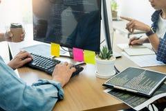 Ο προγραμματιστής μεταφέρει το σχέδιο ιστοχώρου τεχνολογιών κωδικοποίησης ομάδας υπεύθυνων για την ανάπτυξη Κινητά προγράμματα εφ στοκ φωτογραφίες με δικαίωμα ελεύθερης χρήσης