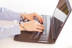 Ο προγραμματιστής χάκερ κοιτάζει στην οθόνη και γράφει τις πληροφορίες αμυχών κώδικα προγράμματος στοκ φωτογραφία με δικαίωμα ελεύθερης χρήσης