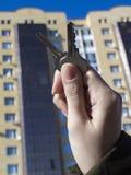 Δάνεια ή πίστωση τράπεζας για να αγοράσει ένα καινούργιο σπίτι Φτάστε τα κλειδιά στην κατοικία Αντιπροσωπείες και realtors ακίνητ στοκ φωτογραφία με δικαίωμα ελεύθερης χρήσης