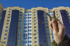 Δάνεια ή πίστωση τράπεζας για να αγοράσει ένα καινούργιο σπίτι Φτάστε τα κλειδιά στην κατοικία Αντιπροσωπείες και realtors ακίνητ στοκ φωτογραφίες