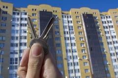 Δάνεια ή πίστωση τράπεζας για να αγοράσει ένα καινούργιο σπίτι Φτάστε τα κλειδιά στην κατοικία Αντιπροσωπείες και realtors ακίνητ στοκ εικόνες