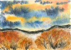 Δάσος φθινοπώρου στο υπόβαθρο των βουνών και του συννεφιάζω ουρανού στοκ εικόνα με δικαίωμα ελεύθερης χρήσης