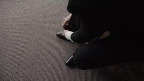 Δένοντας κορδόνι νεαρών άνδρων στα αθλητικά παπούτσια στο εσωτερικό, κινηματογράφηση σε πρώτο πλάνο απόθεμα βίντεο
