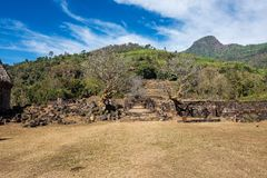 Δέντρα λουλουδιών Plumeria στις καταστροφές του Khmer ναού Phou δεξαμενών, Λάος στοκ φωτογραφία