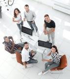 Δείτε τη τοπ δημιουργική συνεδρίαση ομάδων πίσω από ένα γραφείο στοκ εικόνες με δικαίωμα ελεύθερης χρήσης