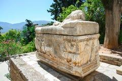 Δελφοί, Σαρκοφάγος αρχαίου Έλληνα Ταφόπετρα με μια να βρεθεί γυναίκα, Ελλάδα στοκ φωτογραφία