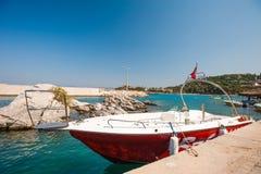 Δεμένο γιοτ, βάρκα μηχανών Κόκκινη και άσπρη βάρκα που σταθμεύουν στοκ φωτογραφία