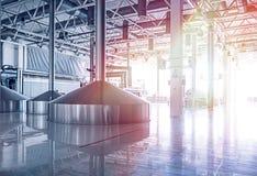 Δεξαμενή ζυθοποιείων με τη ζύμωση μπύρας Εσωτερικό της σύγχρονης κατασκευής ζυθοποιών Εξοπλισμός εργοστασίων για την παραγωγή μπύ στοκ φωτογραφία