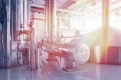 Δεξαμενή ζυθοποιείων με τη ζύμωση μπύρας Εσωτερικό της σύγχρονης κατασκευής ζυθοποιών Εξοπλισμός εργοστασίων για την παραγωγή μπύ στοκ εικόνες