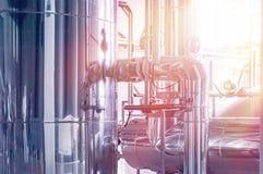 Δεξαμενή ζυθοποιείων με τη ζύμωση μπύρας Εσωτερικό της σύγχρονης κατασκευής ζυθοποιών Εξοπλισμός εργοστασίων για την παραγωγή μπύ στοκ εικόνα με δικαίωμα ελεύθερης χρήσης