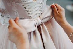 Δεσμός τόξων στο κομψό γαμήλιο φόρεμα στοκ εικόνες