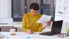 Δημιουργική γυναίκα που εργάζεται στο ενδιάμεσο με τον χρήστη στο γραφείο φιλμ μικρού μήκους