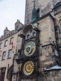 Διάσημοι αστρονομικοί κτύποι ρολογιών στην Πράγα στην παλαιά πλατεία της πόλης στοκ εικόνα με δικαίωμα ελεύθερης χρήσης