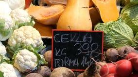 Διάφορα λαχανικά στο μετρητή της αγοράς παντοπωλείων Υγιή τρόφιμα, ίνα, διατροφή, επιγραφή στα ουγγρικά φιλμ μικρού μήκους