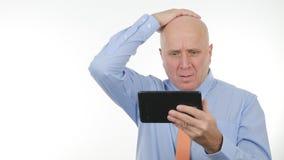 Διαβασμένες διευθυντής οικονομικές κακές ειδήσεις στην ταμπλέτα αφής και gesticulate απογοητευμένος στοκ εικόνες με δικαίωμα ελεύθερης χρήσης