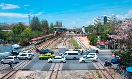 Διαγώνιος δρόμος σιδηροδρόμων παρεμπόδισης ματιών πουλιών με το μπλε ουρανό στοκ φωτογραφία με δικαίωμα ελεύθερης χρήσης